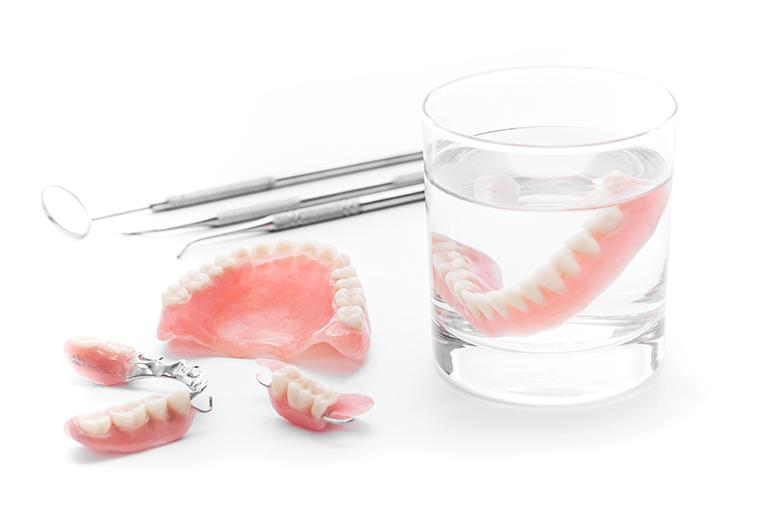 「義歯(入れ歯)」「ブリッジ」「インプラント」「歯の移植」